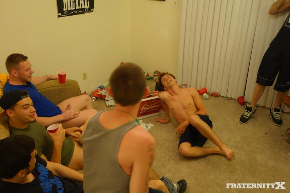 Fraternity-X-Brad-Frat-Guys-With-Big-Cocks-Fucking-Bareback-Amateur-Gay-Porn-01.jpg